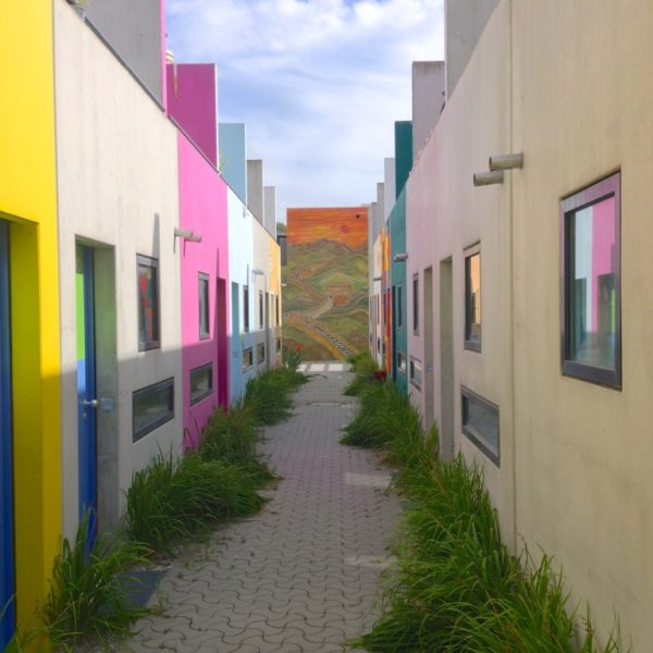 Olympisches Dorf - Bunte Häuserzeile und Chinesische Mauer