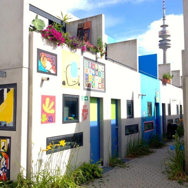 Olympisches Dorf - Häuserzeile und Olympischer Turm