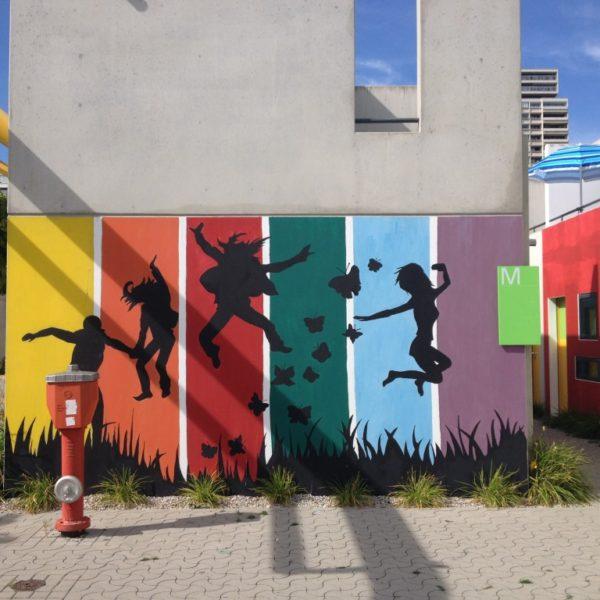 Olympisches Dorf - Jump in allen Regenbogenfarben