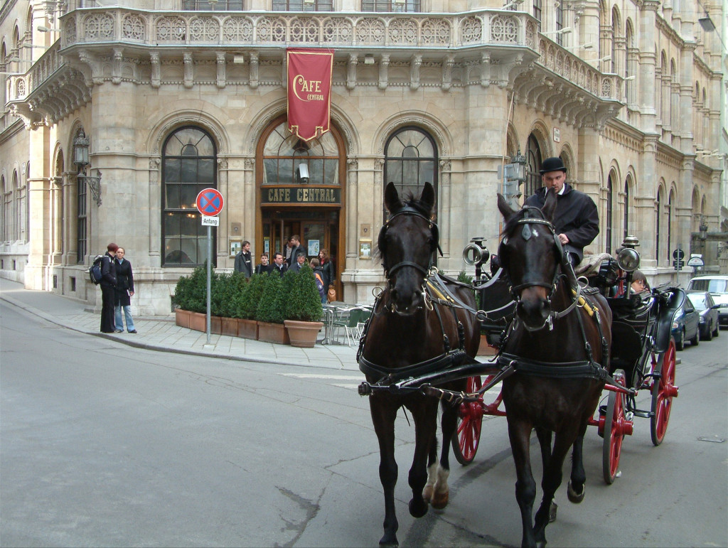 Pferde-Kutsche vor dem legendären Café Central