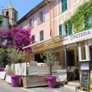 Pizzeria in Grimaud - Eglise St Michel im Hintergrund