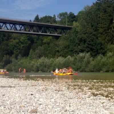 Schlauchboot unter der Großhesseloher Brücke