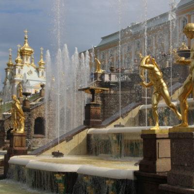 Schloss Peterhof, die Große Kaskade & die Palastkirche mit wehender Fahne
