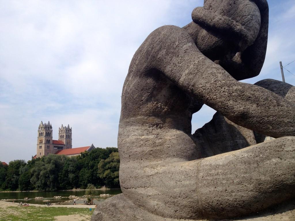 Statue auf der Reichenbachbrücke mit der Maximilankirche im Hintergrund