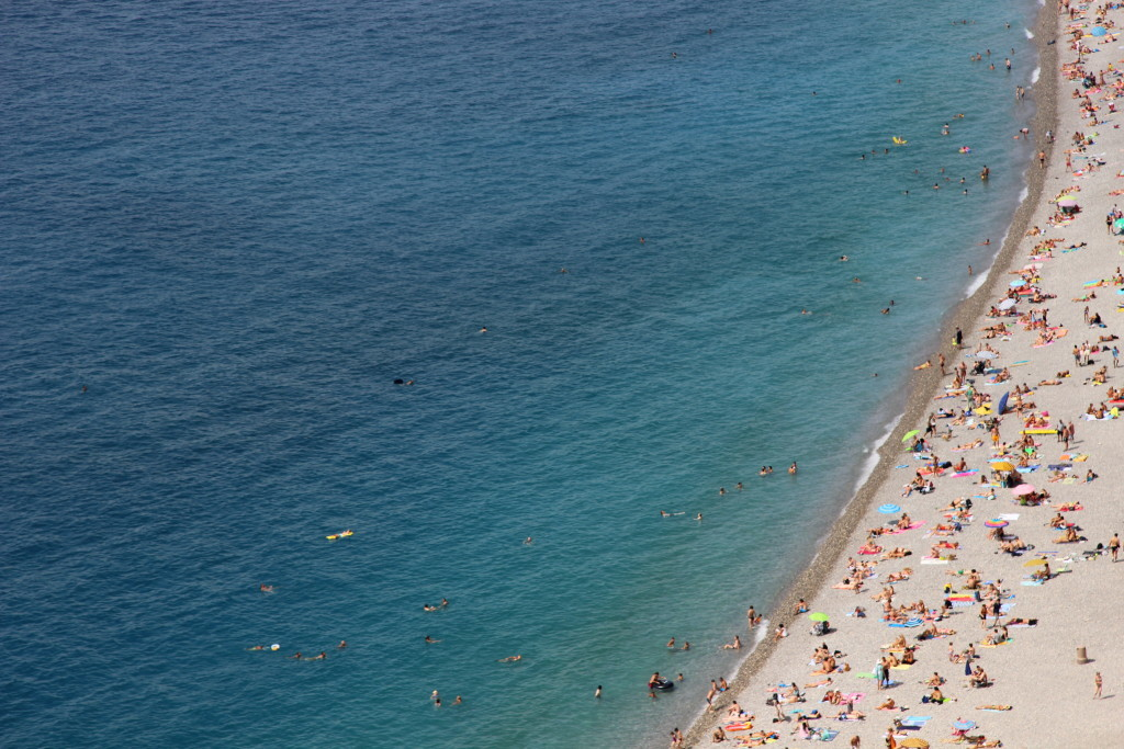 Azurblaues Wasser und der Strand von Nizza