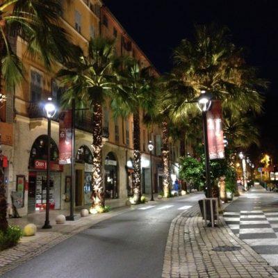 Beleuchtete Palmen auf der Route Napoléon