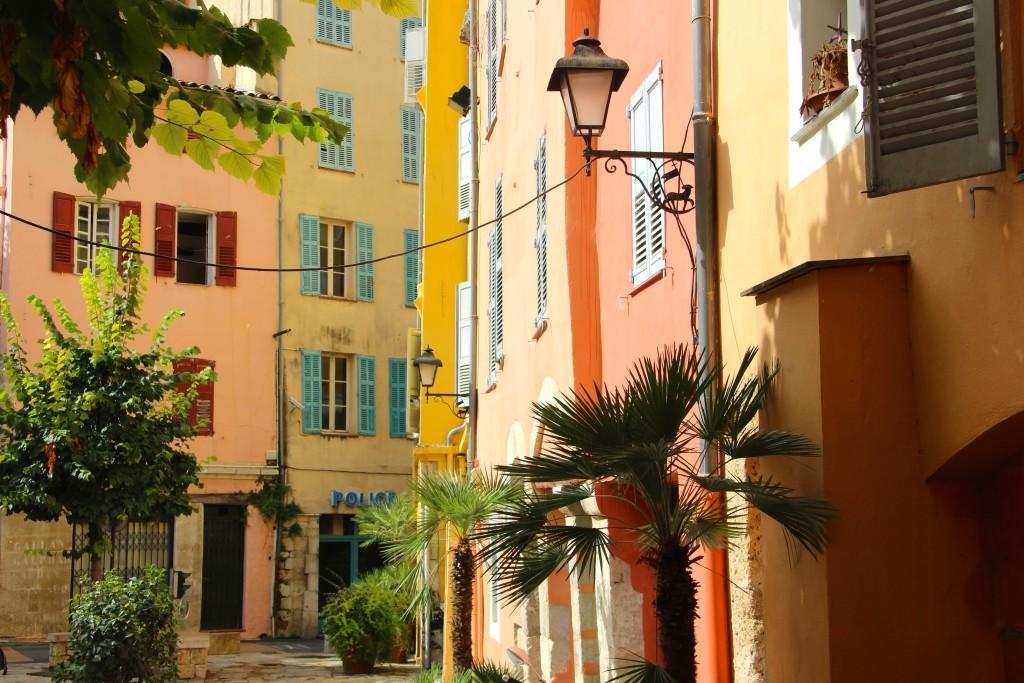 Bunte Fassaden am Place de l'Évêcheé