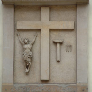 """Do it yourself - Gegenüber der Elisabethkirche hängt ein Kunstwerk von Eugeniusz Get Stankiewicz, dass man im erzkatholischen Polen nicht erwartet. In einem Kasten ist Jesus neben einem Kreuz ausgestellt, daneben ein Hammer und drei Nägel.  """"Zrób to Sam"""" - Do it yourself fordert die Inschrift auf."""