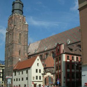 Die Elisabethkirche erreicht man durch den Torbogen, der zwei kleine Häuser (Hänsel und Gretel) verbindet. Dort wohnten früher die Kirchendiener der Elisabethkirche.