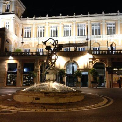 Kongresszentrum an der Place du Cours bei Nacht