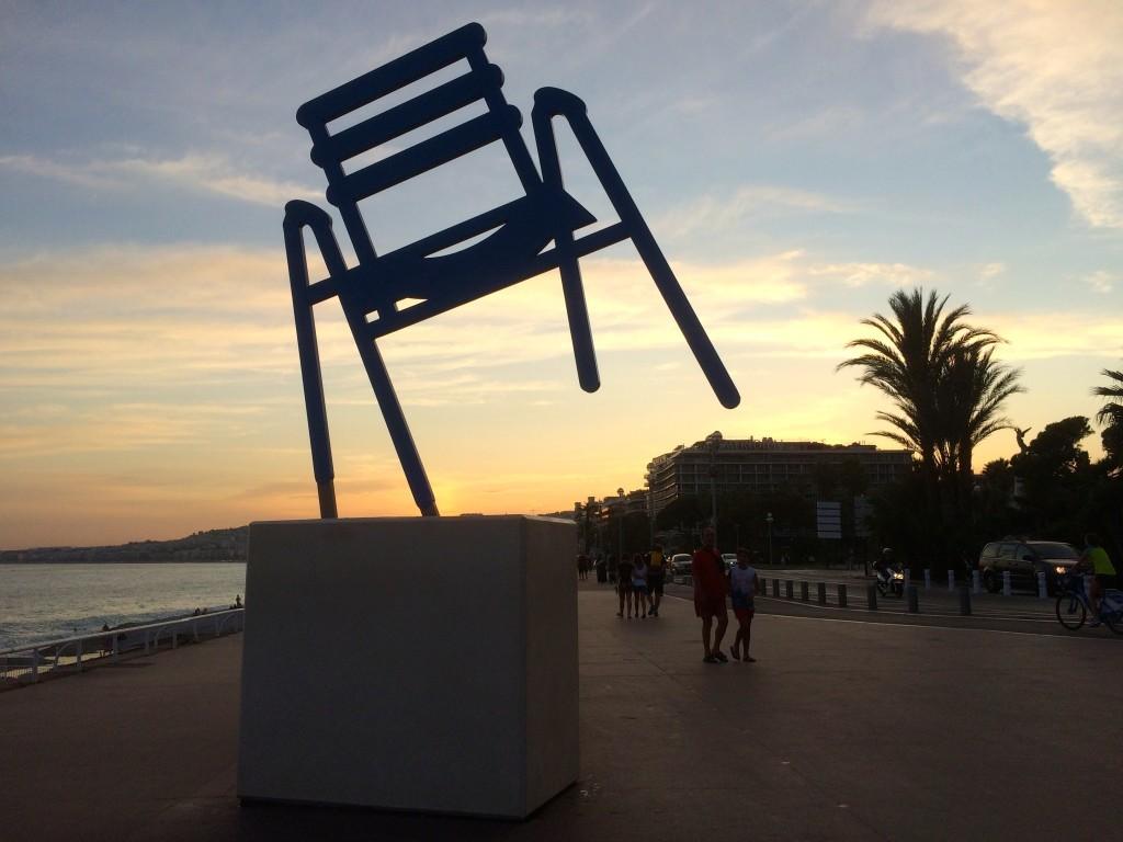 La Chaise Bleue de SAB - Stuhl-Kunstwerk auf der Promenade des Anglais