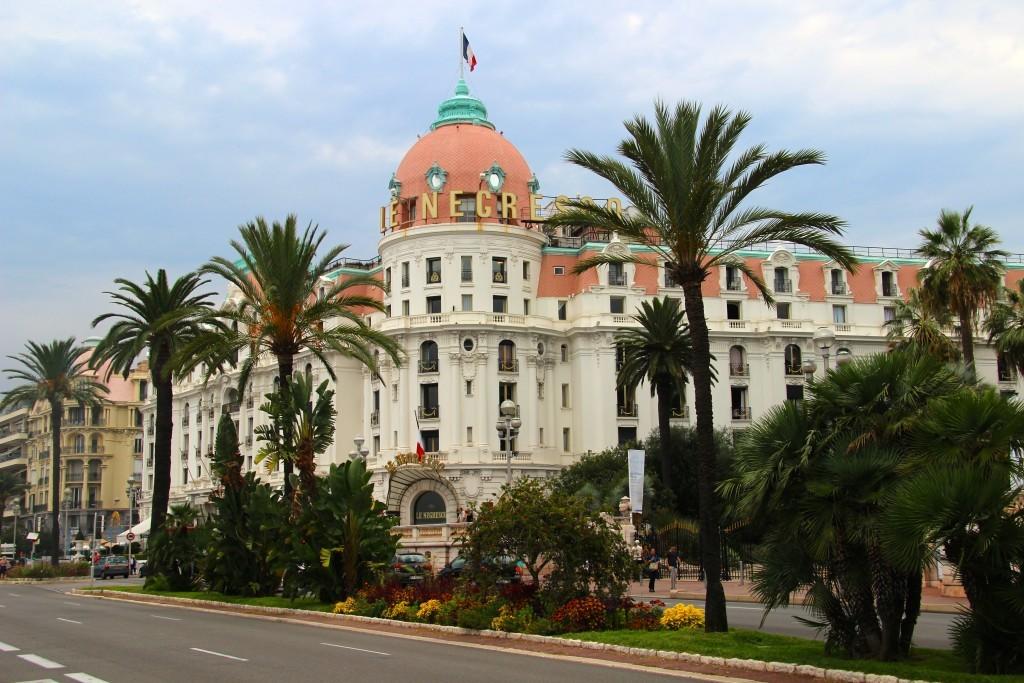 Le Negresco - Luxushotel im Stil der Belle Époque an der Uferpromenade Promenade des Anglais; die Kuppel wurde von Gustave Eiffel konstruiert
