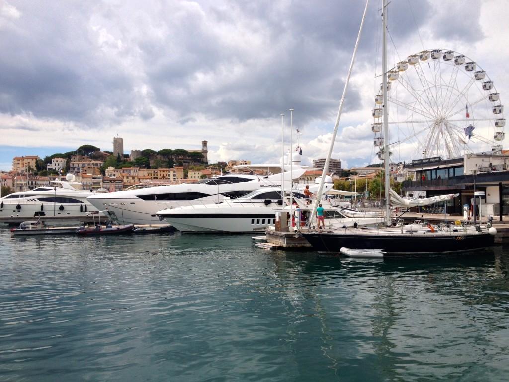 Le Vieux Port - Der alte Hafen mit Blick auf die Le Suquet, die Altstadt von Cannes