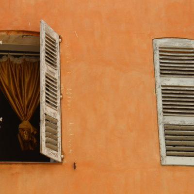 Place du 24 Août - Der Vorhang im Fenster