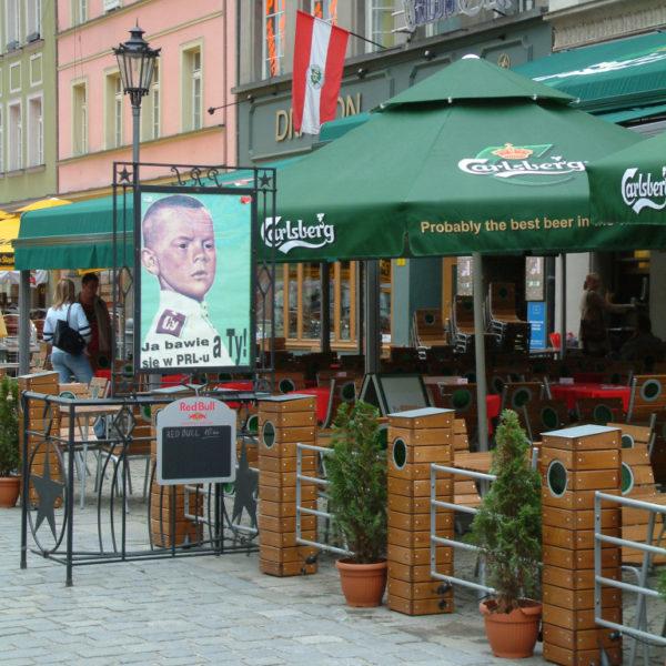 PRL - Ostalgie pur! Hier lebt das kommunistische Polen weiter. Tagsüber gibt es im Restaurant gute polnische Küche zu fairen Preisen, abends kann man im angesagten Club feiern. Na zdrowie!