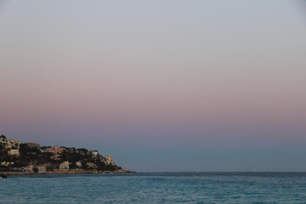 Rosa-roter Himmel über dem Strand von Nizza