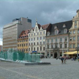 """Rynek - Westseite mit dem Gläsernen Brunnen. Das umstrittene Bankgebäude links ist das das einzige Hochhas am """"Ring""""."""