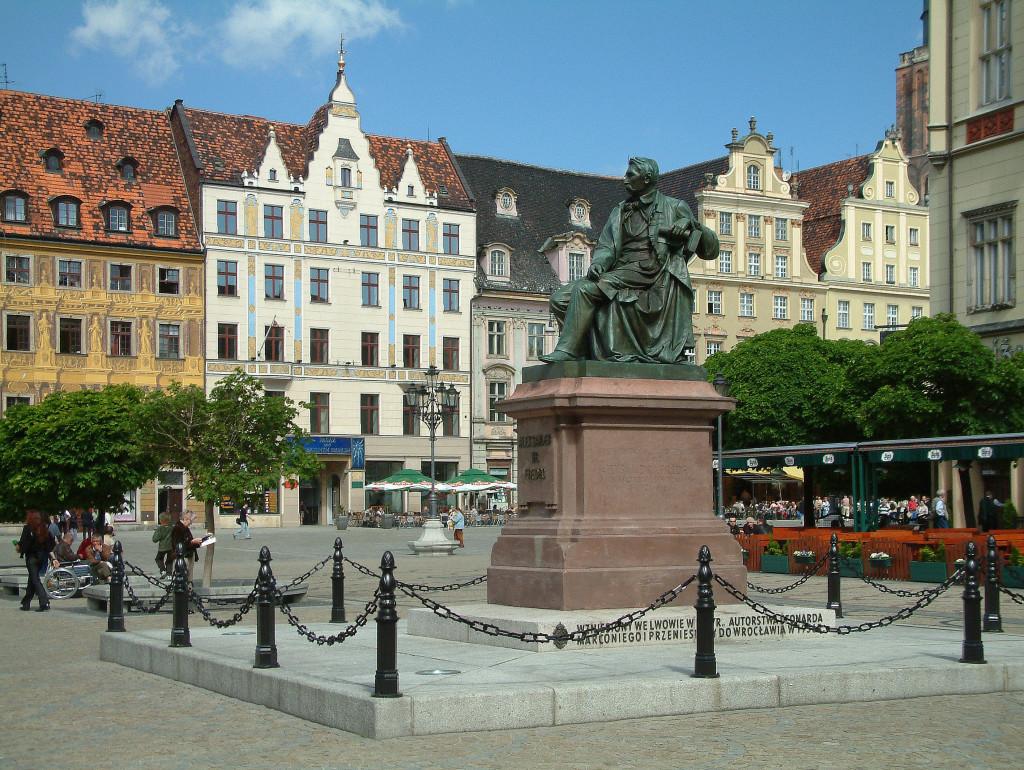 Rynek - Westseite mit der Statue von Alexander Fredo
