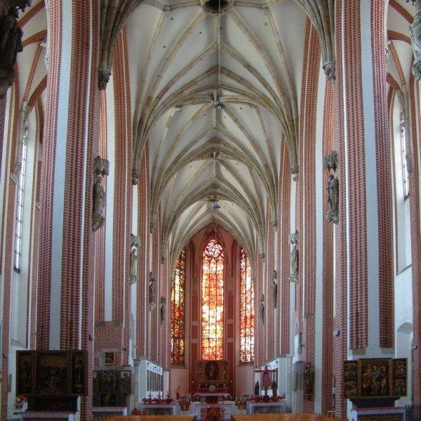 Die Kirche St. Maria auf dem Sande gehört zu den ältesten gotischen Kirchen Polens. Der Innenraum der Sandkirche ist ein dreischiffiger, gotischer Backsteinbau mit Sterngewölbe.
