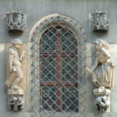 Schweidnitzer Keller - Der trunkene Zecher und Das keifende Weib über dem Eingang zum Schweidnitzer Keller am Rathaus in Breslau