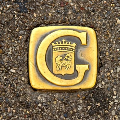 Wappen von Grasse  eingelassen in den Fußweg
