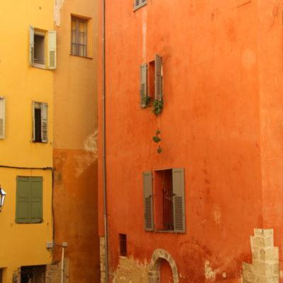 Warme Ocker- und Gelbtöne dominieren die Hausfassaden