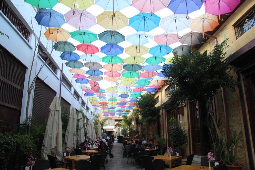 Buntes Regenschirm-Dach in Lefkosia