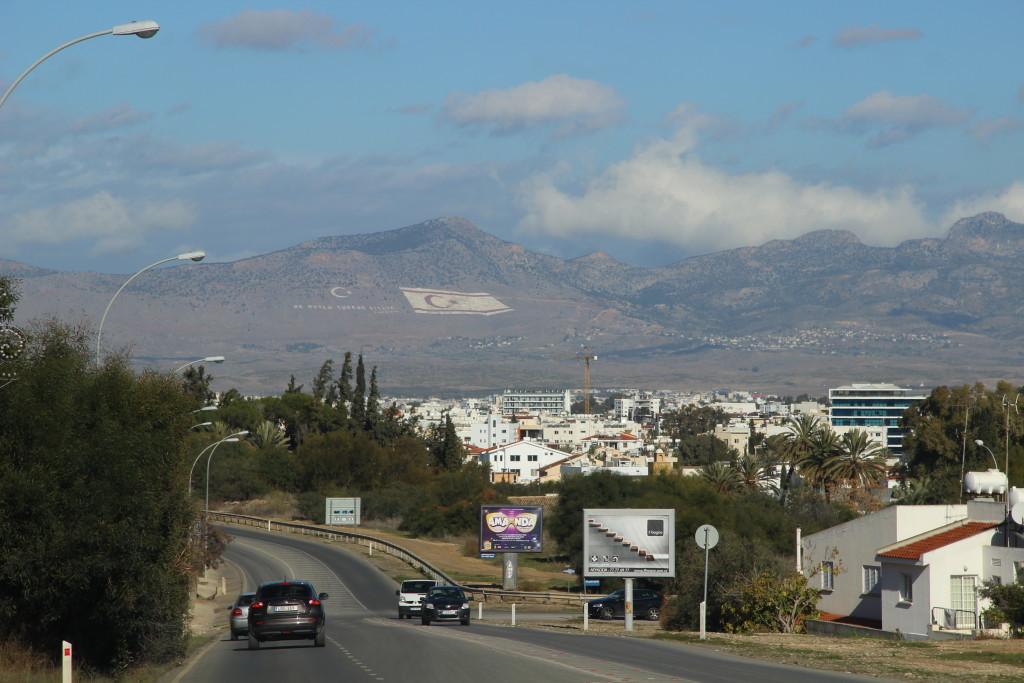 Flagge der Türkischen Republik Nordzypern auf einem Berg im Pentadaktylos-Gebirge hinter Nikosia