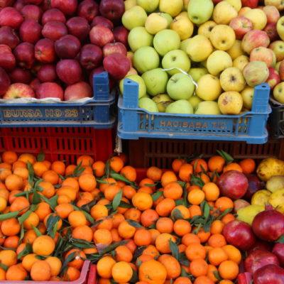 Mandarinen, Äpfel und Granatäpfel