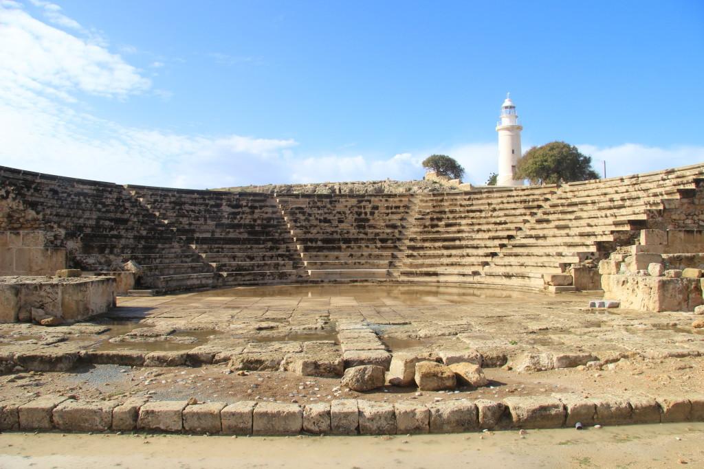 Paphos - Das Odeon, im Hintergrund der Leuchtturm