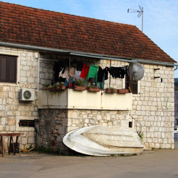 Vor dem Haus parkt ein Boot statt Auto in Stari Grad