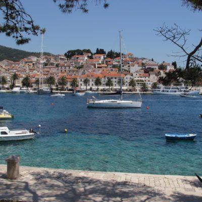 Türkisblaues Meer vor der Altstadt von Hvar